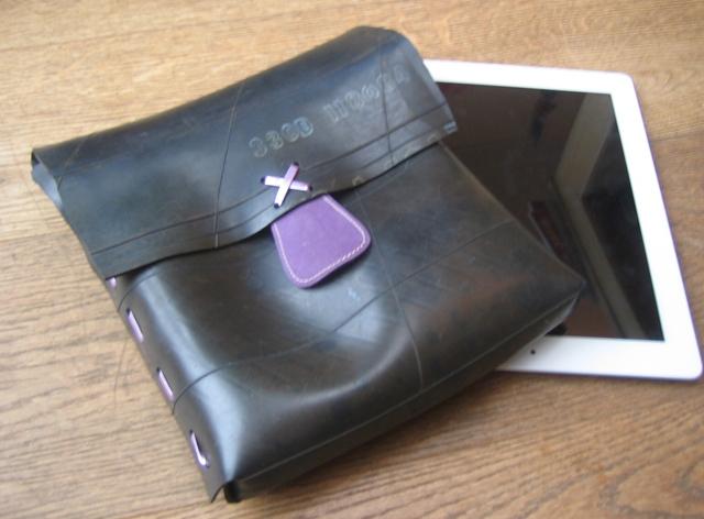 Vervoer je iPad in deze originele tas van recycled rubberband.